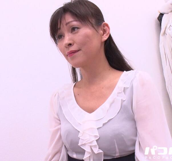 淫乱熟女の裸エプロン~赤坂エレナ